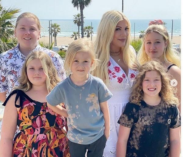 Tori Spelling com os cinco filhos (Foto: Instagram)