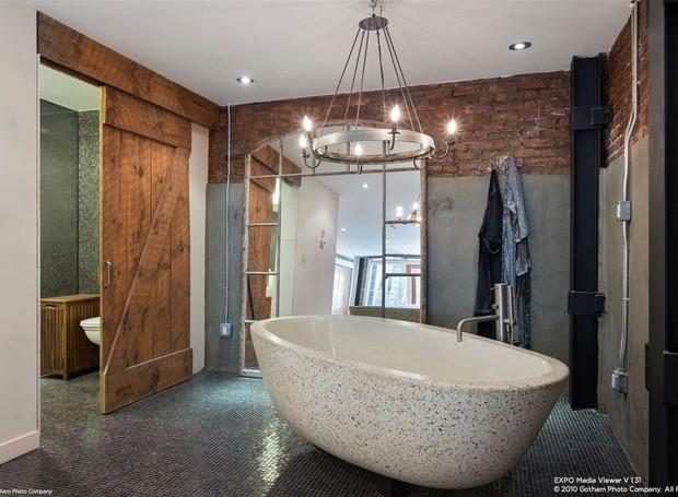 Uma banheira foi instalada nas últimas renovações da casa (Foto:  Douglas Elliman/ Reprodução)