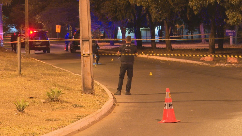 Agentes fazem perícia em local onde mulher foi morta, no Gama, no DF — Foto: TV Globo/Reprodução