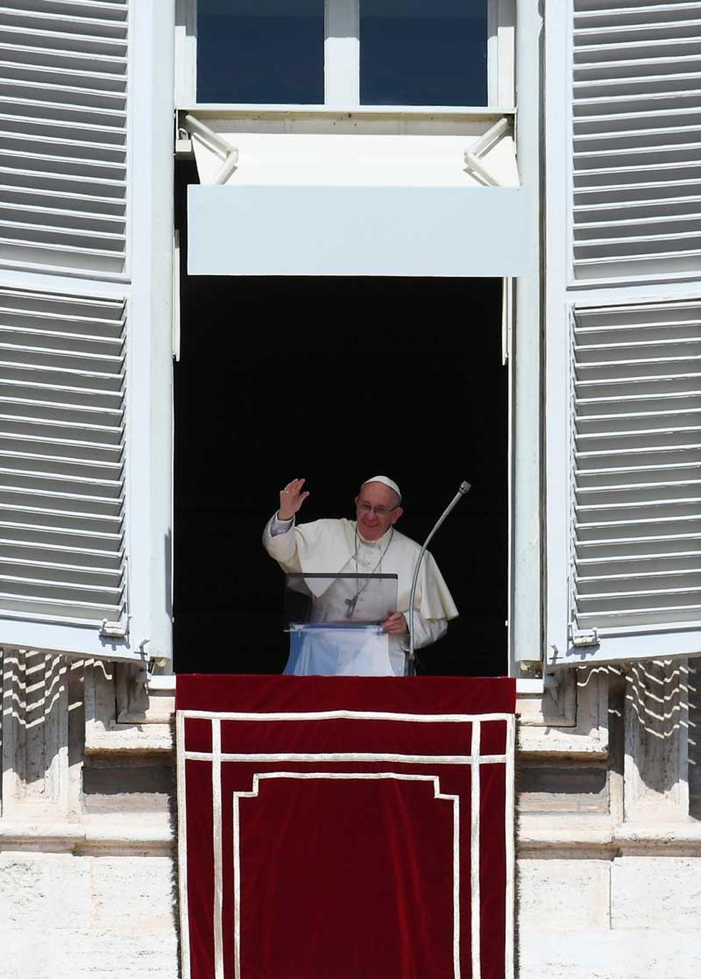 Papa Francisco acena para os fiéis reunidos na Praça de São Pedro durante o Angelus deste domingo (3), no Vaticano (Foto: Vincenzo Pinto / AFP)