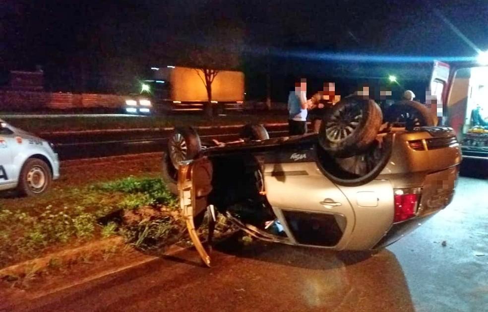 Carro capotou e motorista ficou ferido na BR-101, em Igarassu, na madrugada desta segunda-feira (11) — Foto: Reprodução/PRF