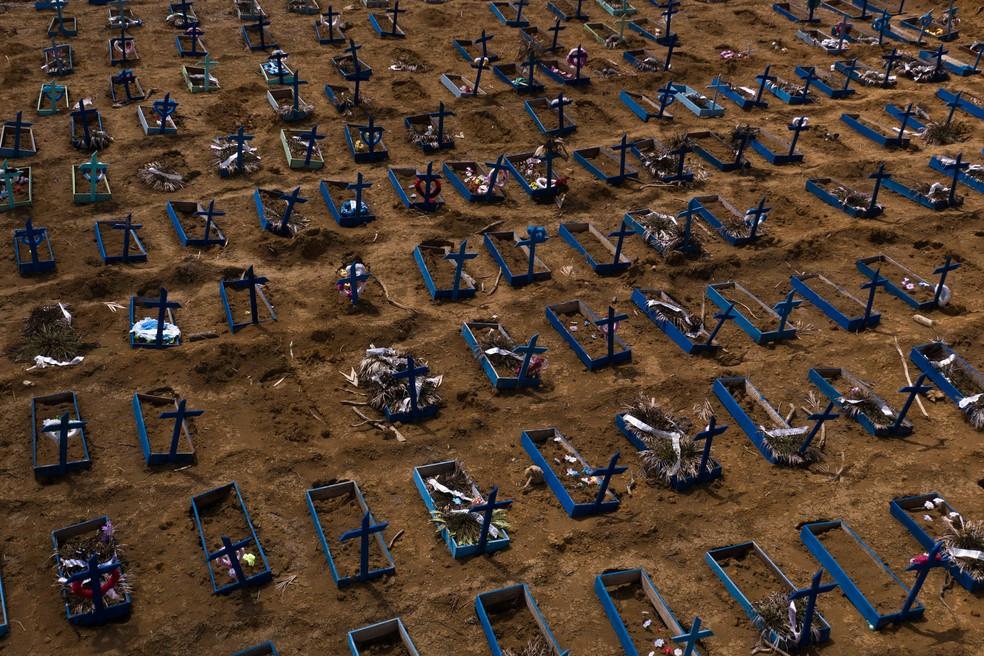 Sepulturas em nova seção do cemitério de Nossa Senhora Aparecida, em Manaus, durante a pandemia — Foto: Felipe Dana / AP Photo