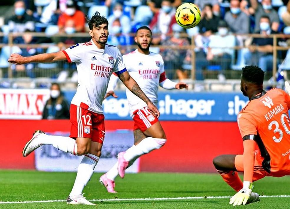 Lucas Paquetá marcou por cobertura, mas teve gol anulado — Foto: Divulgação/Lyon