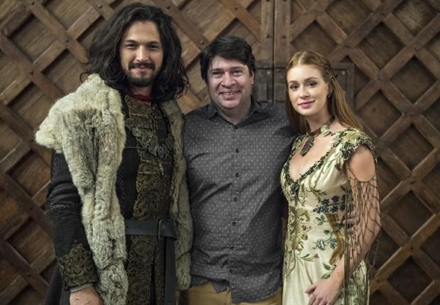 O autor Daniel Adjafre entre os protagonistas Romulo Estrela e Marina Ruy Barbosa (Foto: Estevan Avellar/TV Globo)