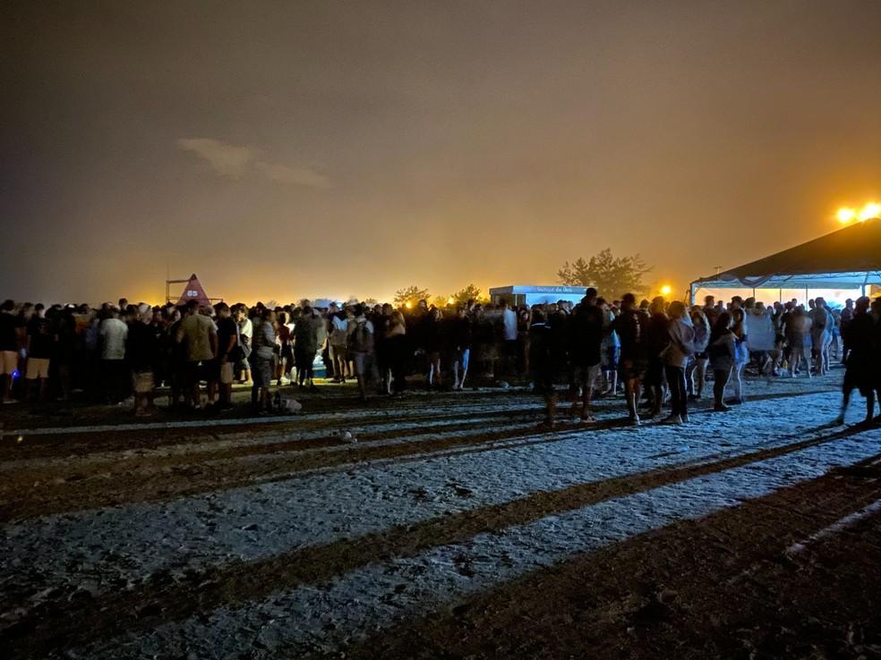 Jovens se reuniram na faixa de areia no Litoral Norte  — Foto: Matheus Felipe / RBS TV