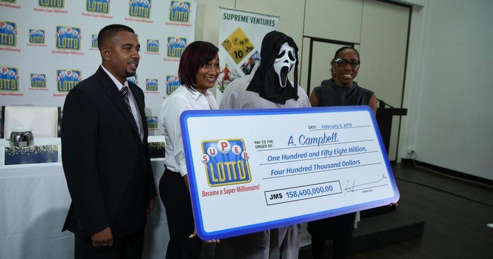 Ganhador de loteria usa máscara do Pânico para receber prêmio na Jamaica — Foto: Supreme Ventures Ltd./Facebook