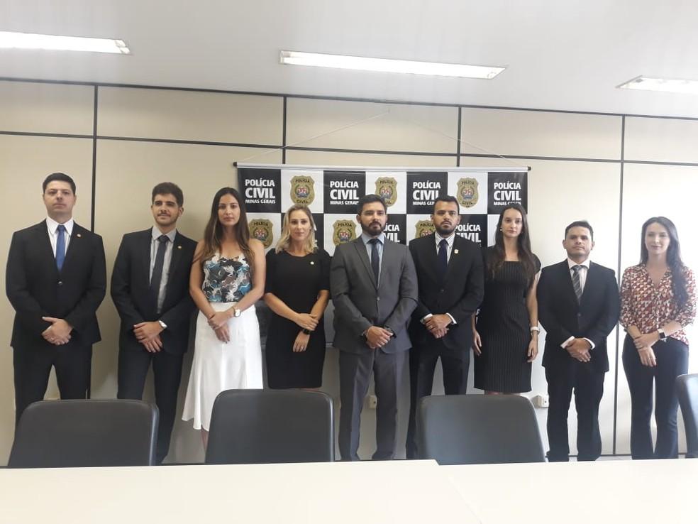 Delegados nomeados recentemente com o chefe do 11º Departamento da Polícia Civil — Foto: Marina Pereira / G1