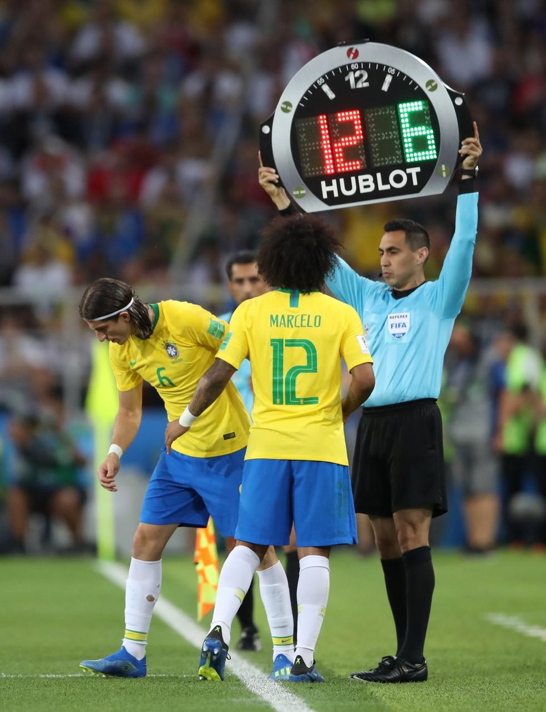 Marcelo � substitu�do por Filipe Lu�s (Foto: REUTERS/Carl Recine)
