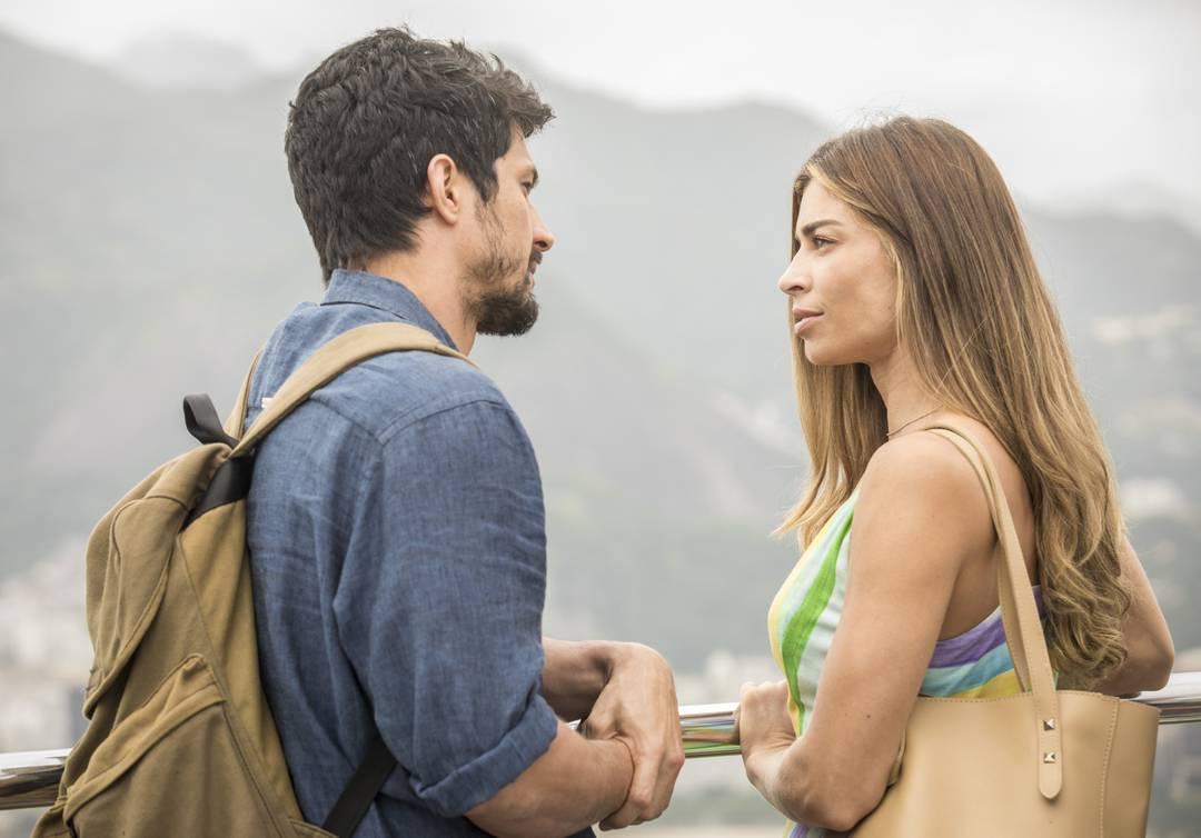 Marcos (Romulo Estrela) e Paloma (Grazi Massafera) conversam no Pão de Açúcar