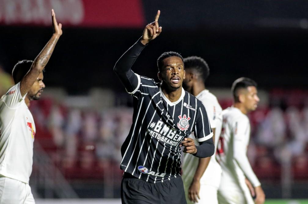 Jô comemora gol do Corinthians no Morumbi; ao fundo, os totens dos torcedores são-paulinos — Foto: Rodrigo Coca/Ag. Corinthians