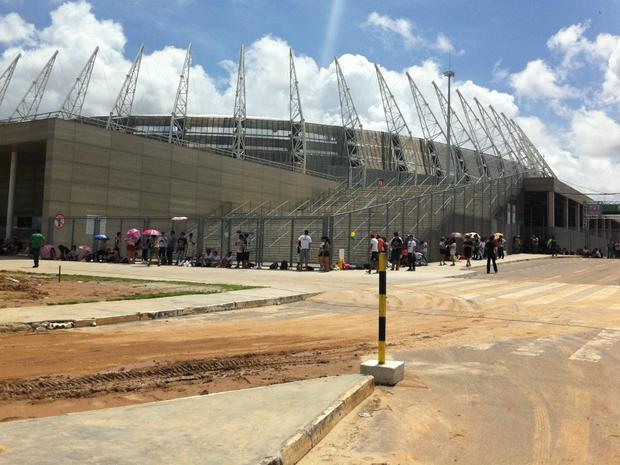 Fila na manhã desta quinta-feira (9) na entrada do front stage, na Arena Castelão (Foto: Gabriela Alves/G1 CE)