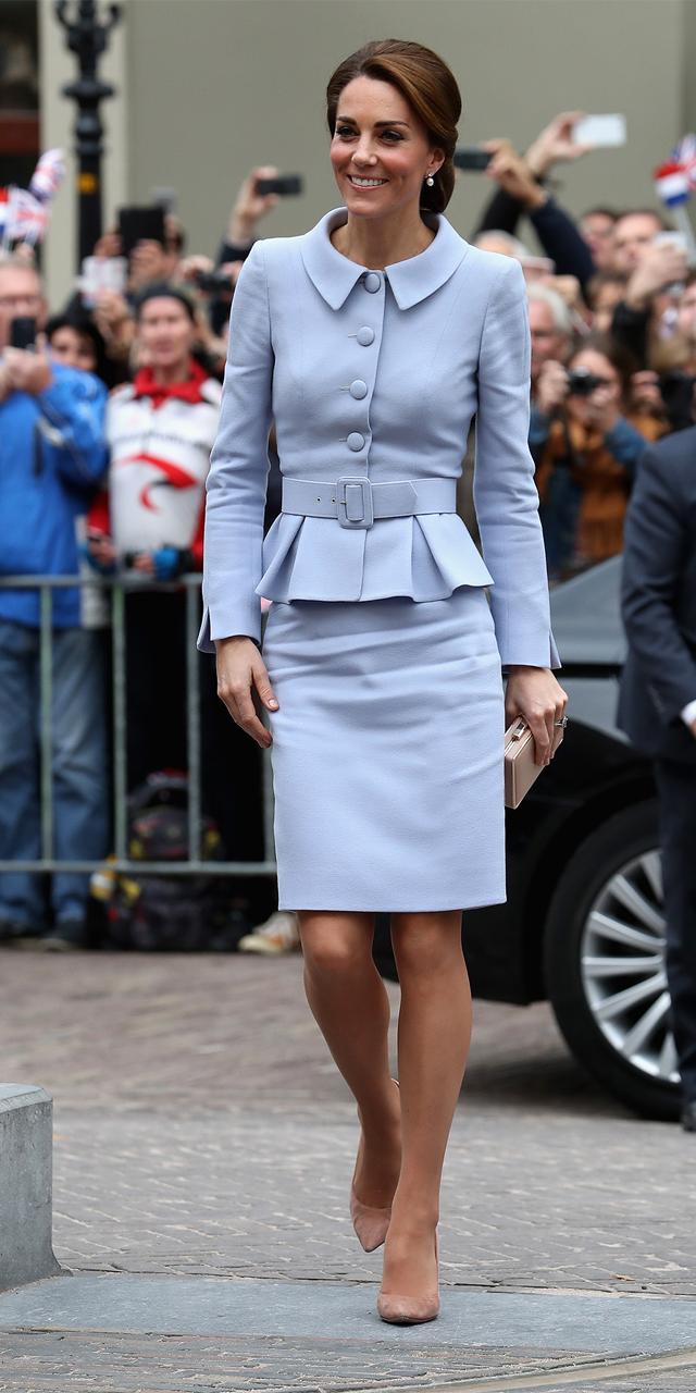 Kate Middleton em outubro de 2016 com um Catherine Walker azul claro  (Foto: Getty Images)