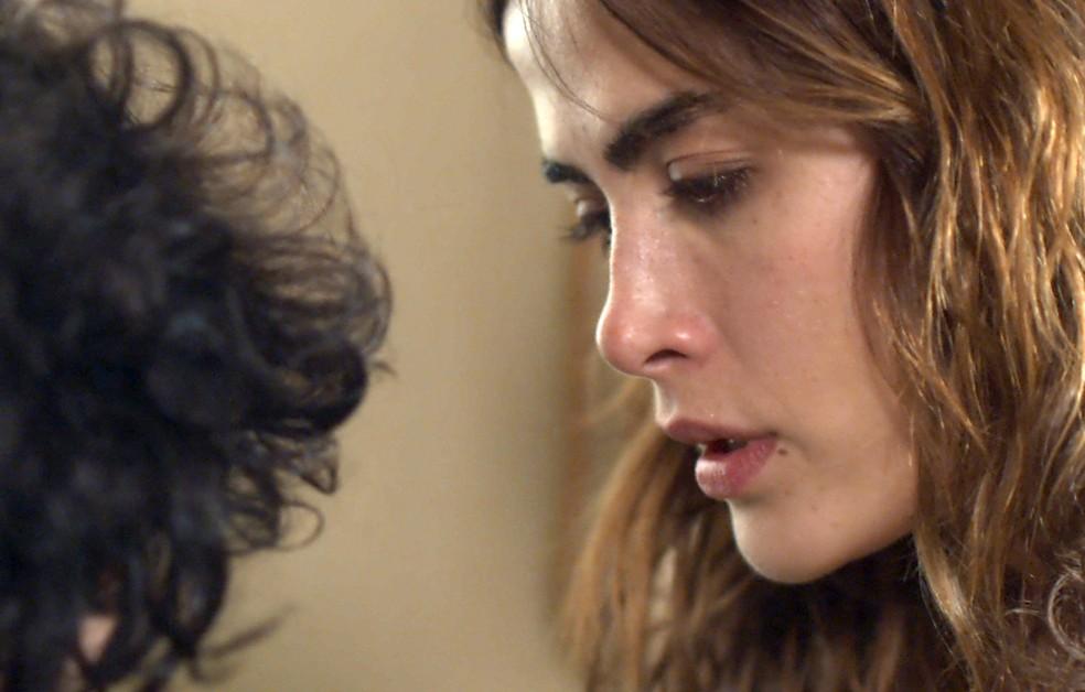 Os olhos de Rimena umedecem, ela não consegue mais esconder (Foto: TV Globo)