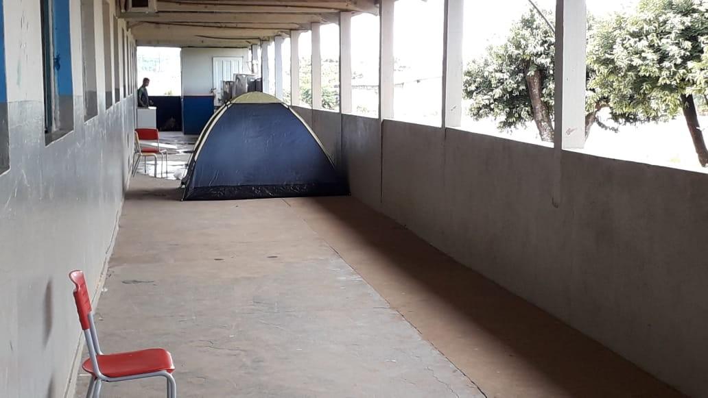 Pais acampam em escola dias antes do início das matrículas em Jaru, RO - Noticias