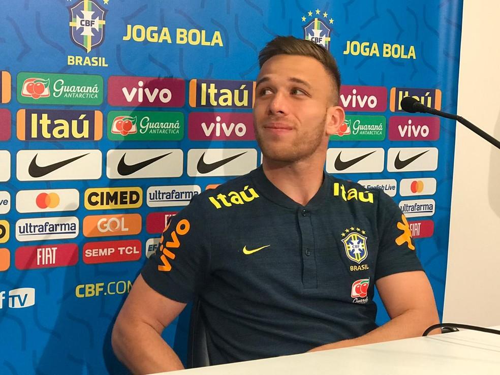 Arthur em entrevista coletiva da seleção brasileira, no CT do Grêmio — Foto: Alexandre Lozetti