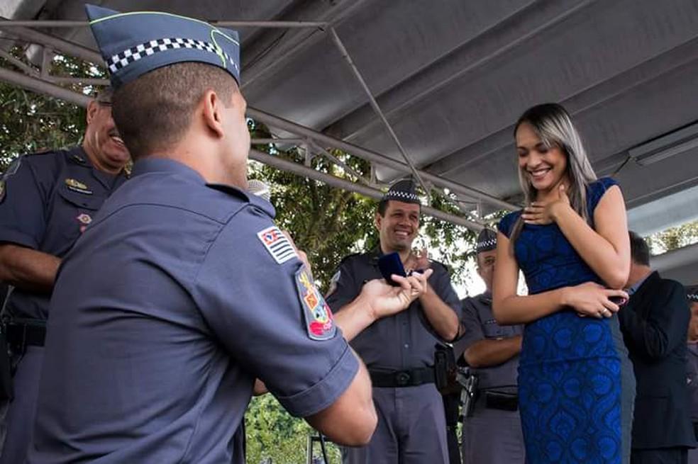 Aspirante a soldado faz pedido de casamento em formatura da polícia em São José dos Campos — Foto: Arquivo Pessoal/Natália Rocha