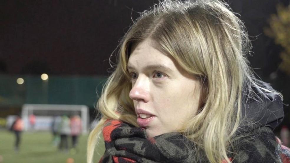 Arina assistindo a Nina jogando futebol — Foto: BBC