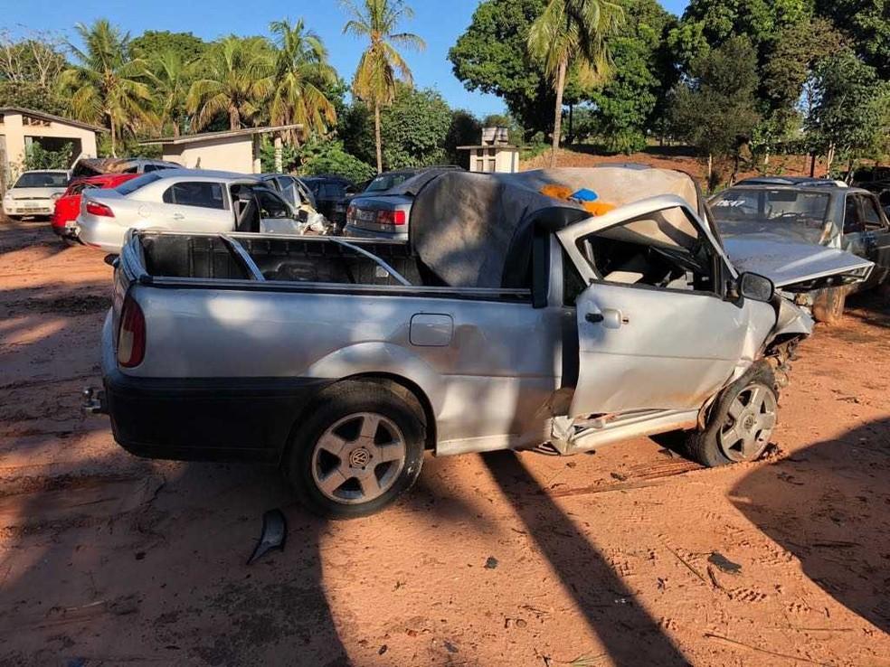 Motoristas dos dois carros morreram na hora no acidente na PR-218, em Paranavaí, na noite de sexta-feira (Foto: Divulgação/PRE)