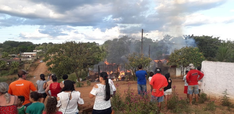Incêndio aconteceu no Bairro Cruzeiro — Foto: Conesul Acontece/Reprodução