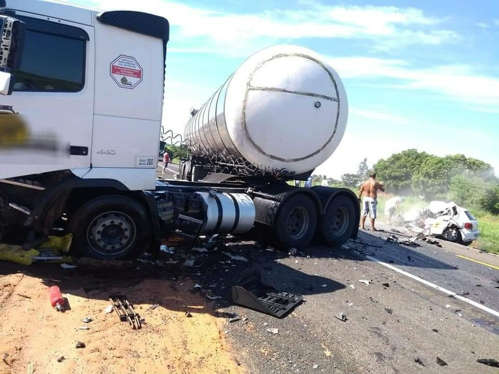 Caminhão ficou atravessado em rodovia após acidente em Promissão — Foto: J.Serafim/Divulgação