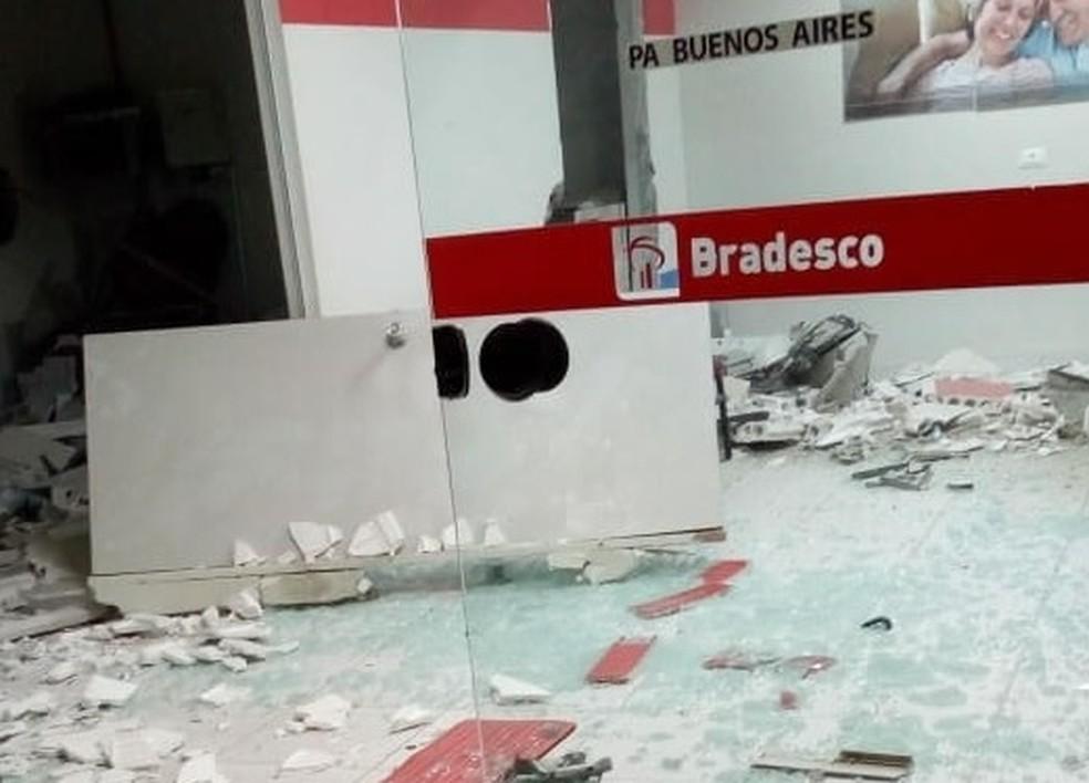 Posto do Bradesco de Buenos Aires, na Zona da Mata Norte de Pernambuco, foi alvo de explosão (Foto: Reprodução/WhatsApp)
