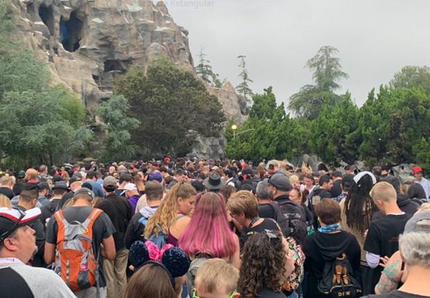 Longas filas se formaram no dia da abertura do parque Galaxy's Edge, na Califórnia (Foto: Reprodução)