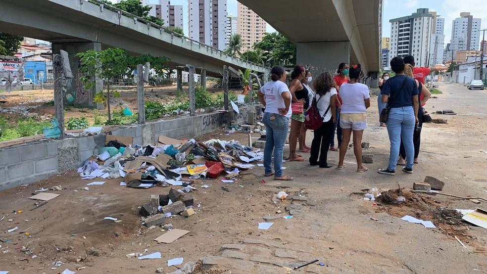Onze famílias foram retiradas do Viaduto do Baldo na manhã desta quinta-feira (11) — Foto: Anna Alyne Cunha / Intertv Cabugi