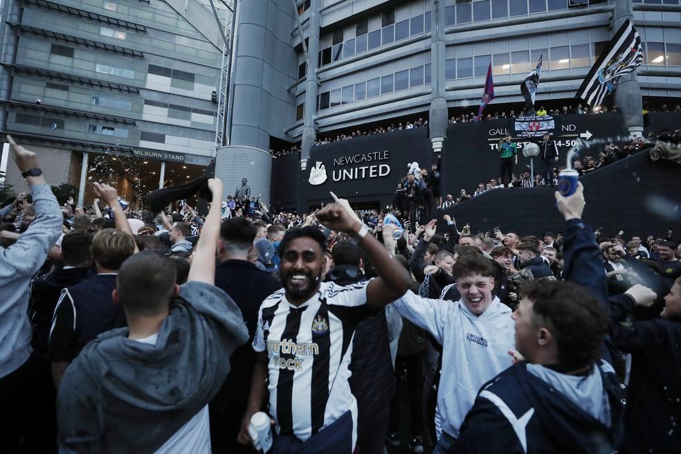 Torcedores comemoram em frente ao estádio St James' Park a compra do Newcastle por fundo de investimento da Arábia Saudita — Foto: Reuters/Lee Smith