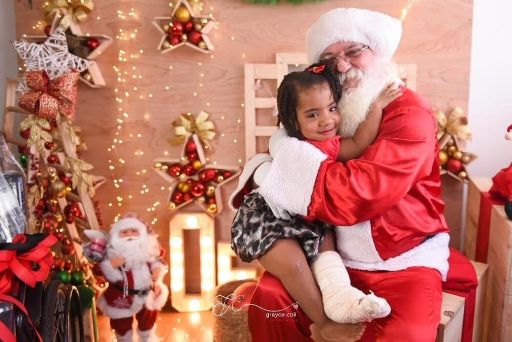 Menina de 6 anos que tem 'ossos de vidro' ganhou cadeira de rodas de presente — Foto: Greyce Coli/Divulgação