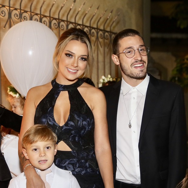 Carol Dantas, o namorado e o filho e Davi Lucca (Foto: Manuela Scarpa/Brazil News)