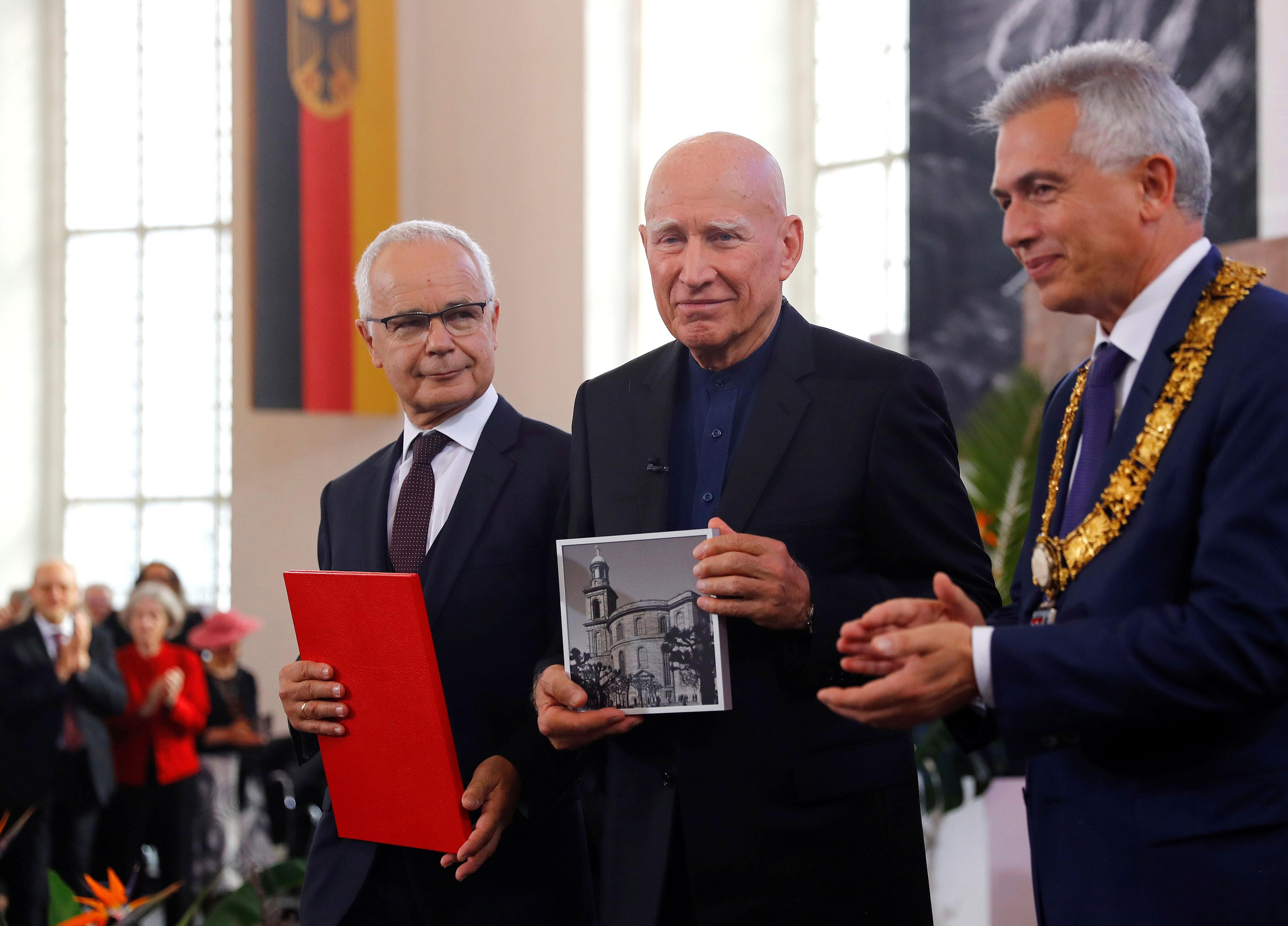 Sebastião Salgado recebe Prêmio da Paz dos Livreiros Alemães em Frankfurt - Notícias - Plantão Diário