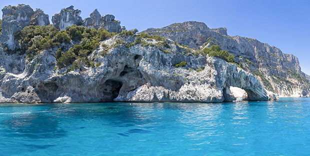 panorama of blue sea and the rocky coast in the gulf of Orosei Sardinia Italy (Foto: Getty Images/iStockphoto)