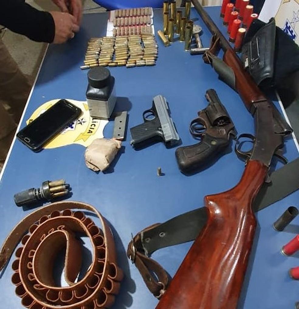 Armas foram encontradas na casa do suspeito, em Paulo Afonso — Foto: Divulgação/SSP-BA