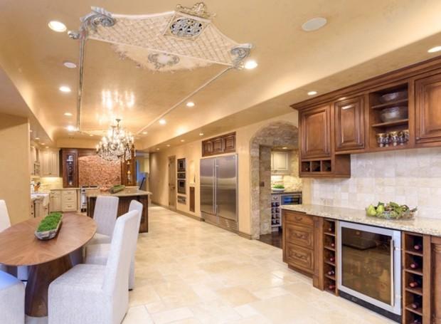 A cozinha ao lado do que os americanos chamam de sala de café da manhã (Foto: Aaron Hoffman/ Reprodução)