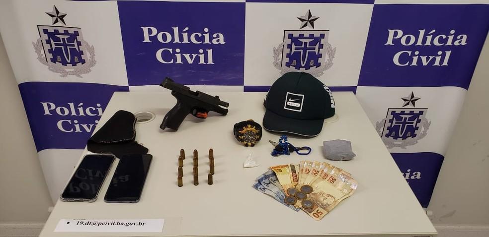 Armas e drogas foram apreendidas com o suspeito  — Foto: Divulgação/SSP-BA