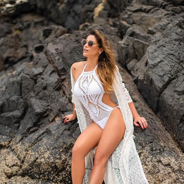 Flavia Alessandra veste maiô branco (Foto: Reprodução / instagram)