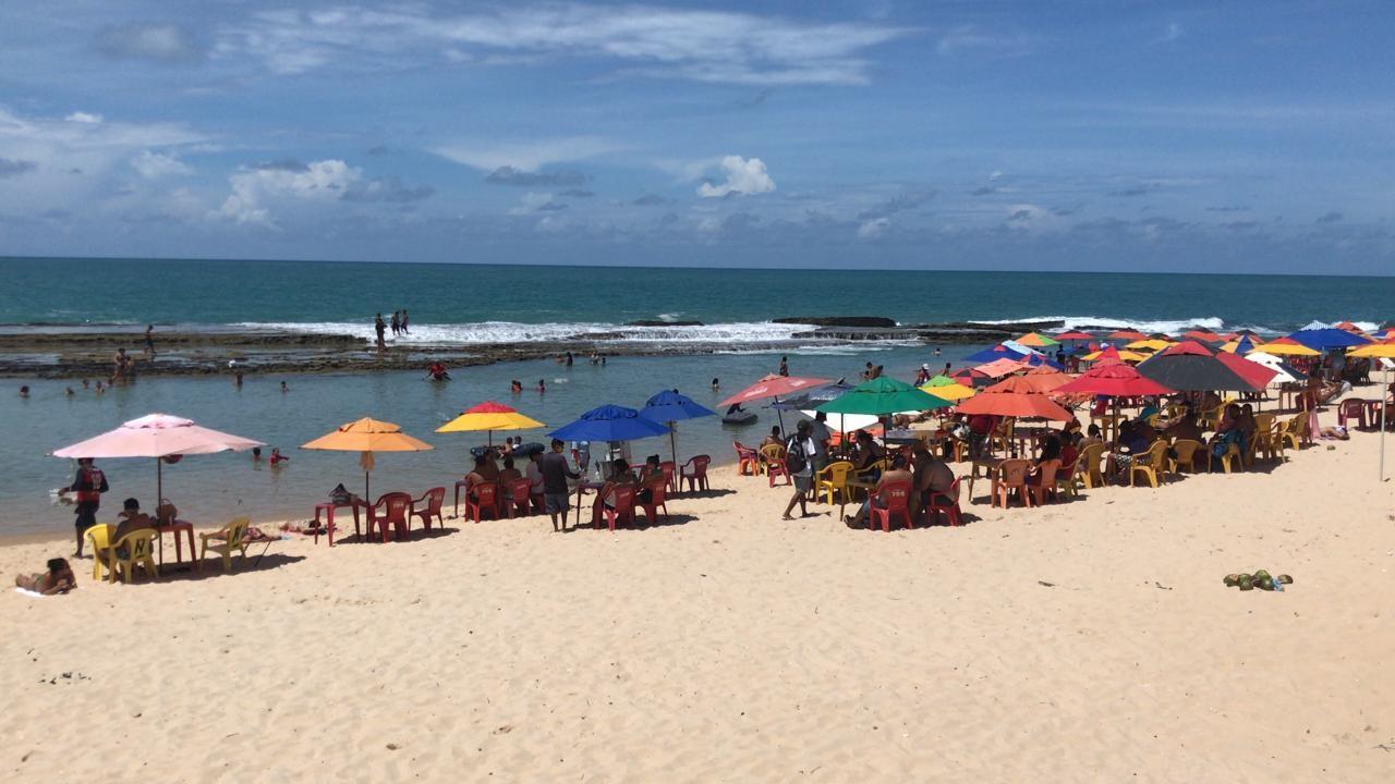 Feriado tem praias cheias de banhistas e desrespeito a toque de recolher em Natal