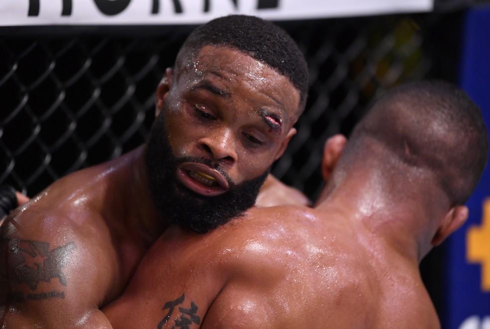 Tyron Woodley teve o supercílio aberto por um golpe de Gilbert Durinho no UFC — Foto: Getty Images