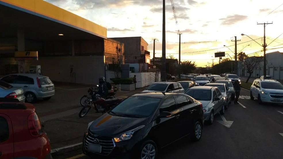 Londrina registrou fila no início da manhã desta quinta-feira (24) em postos de combustíveis (Foto: Alberto D'angele/RPC)