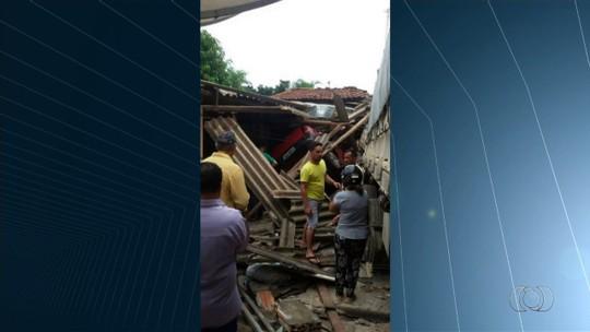 Carreta perde o freio, desce rua e atinge três casas em Pontalina
