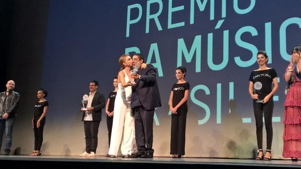 Zeca Pagodinho recebe o prêmio de melhor cantor na categoria Samba (Foto: Carlos Brito/G1)