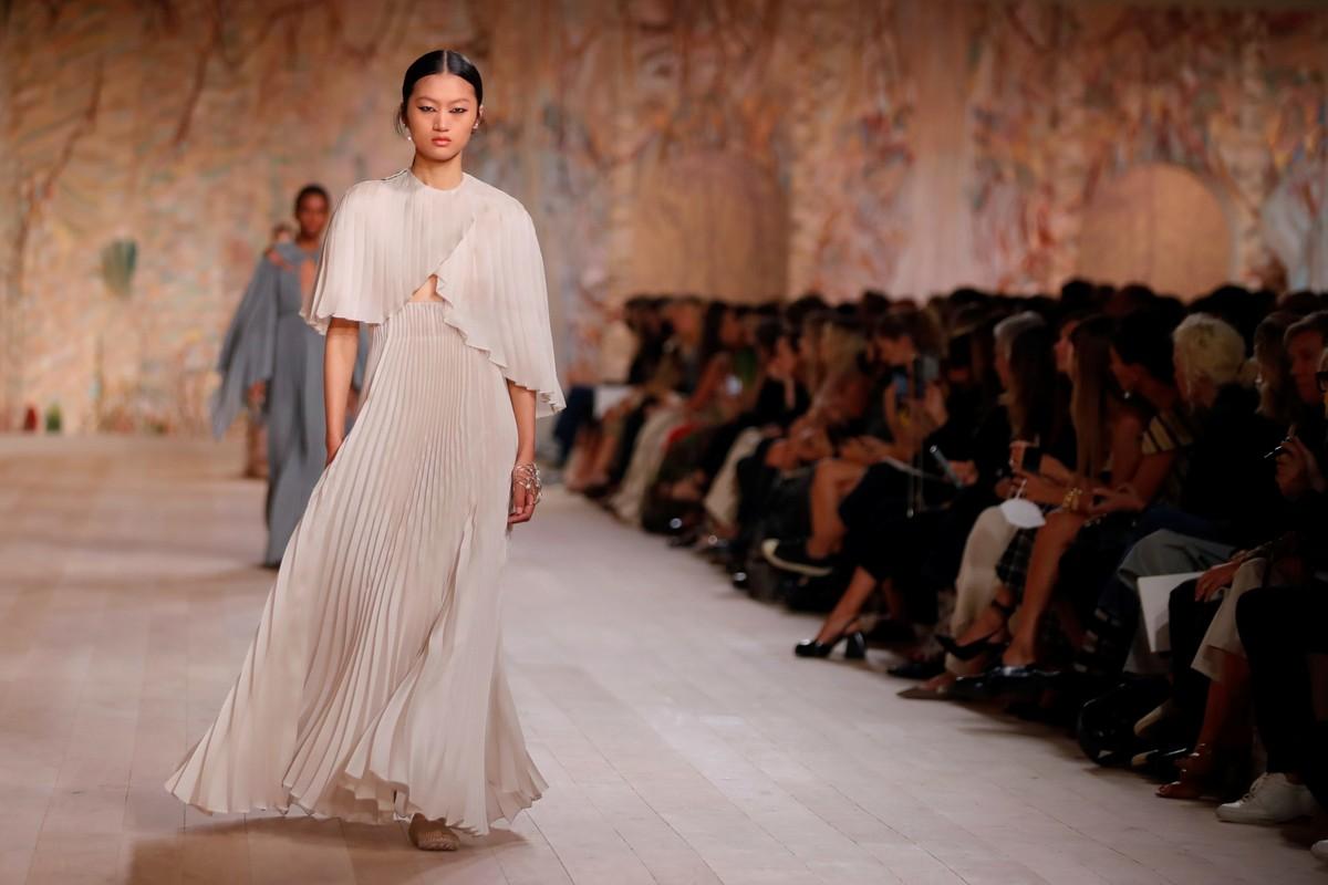 Desfile da Dior em Paris celebra a moda de perto após interrupção pela pandemia   Pop & Arte