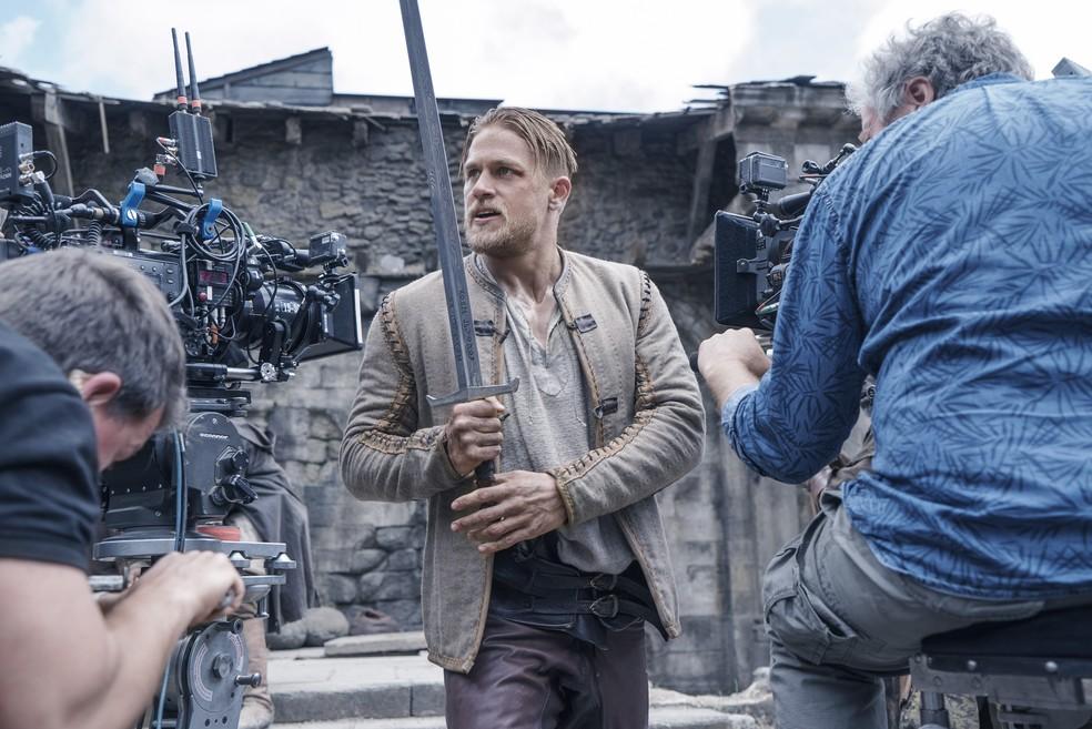 Charlie Hunnam interpreta herói relutante em aventura 'Rei Arthur ...