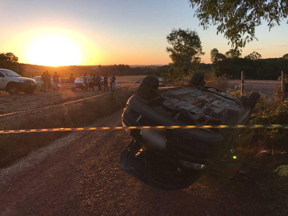 Jovem morreu após ser arremessada do veículo no começo da noite de sábado (Foto: Lucas Cidade/Rádio Uirapuru)