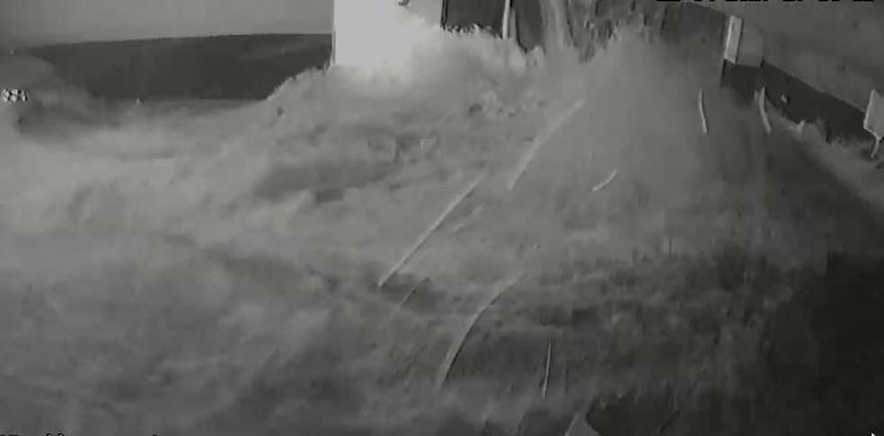 Vídeos mostram momento em que piscina desaba em edifício de luxo no ES — Foto: Reprodução