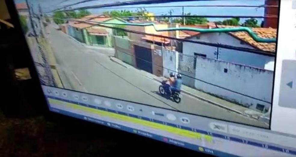 Câmeras de segurança de uma residência próximo ao crime registraram a fuga dos suspeitos — Foto: Divulgação/Polícia Militar