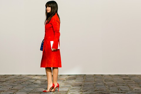 Lady in red: em look monocromático, a russa Miroslava Duma combinou trench coat de camurça vermelho com scarpins da mesma cor – a bolsa, porém, vem em tom azul marinho