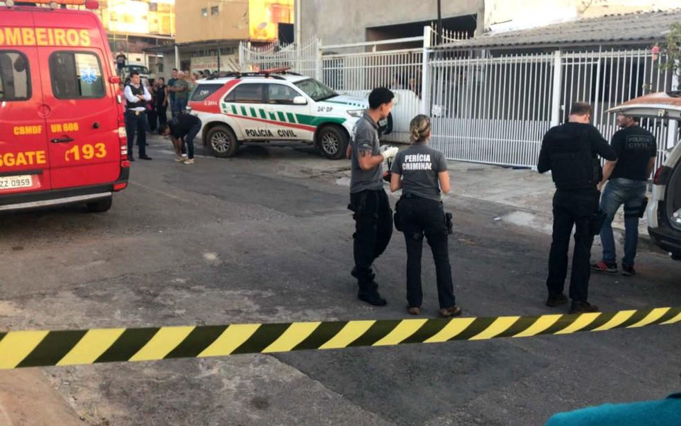 Área em frente à casa da jovem morta a tiros, no DF, foi isolada pela perícia no último dia 4 (Foto: Marcelo Cardoso/G1)
