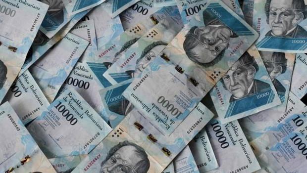 A desvalorização do bolívar forte fez com que transações financeiras cotidianas alcançassem cifras bilionárias (Foto: AFP via BBC)