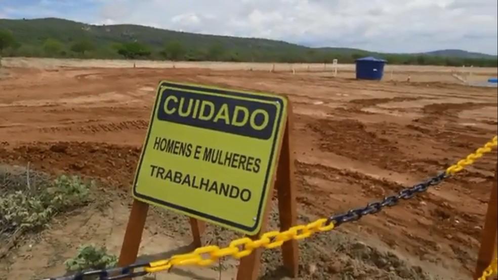 Placa na obra do parque eólico Lagoas dos Ventos, no Sul do Piauí, indica que há homens e mulheres trabalhando — Foto: Divulgação/ Enel